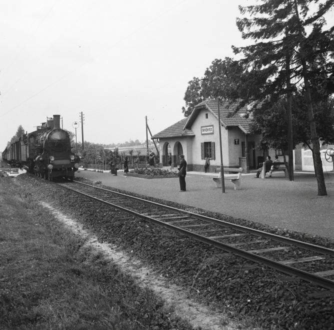 1954 Örvényes, Vasútállomás, MAV 327-es Gőzmozdony és Személyvonata, fotó © Kotnyek Antal
