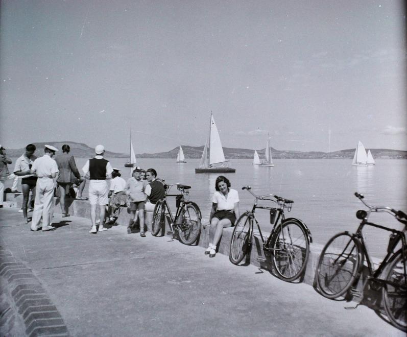 1936 Balatonboglár, Vitorláshajó, Móló, Kerékpárosok, fotó © Buzinkay Géza