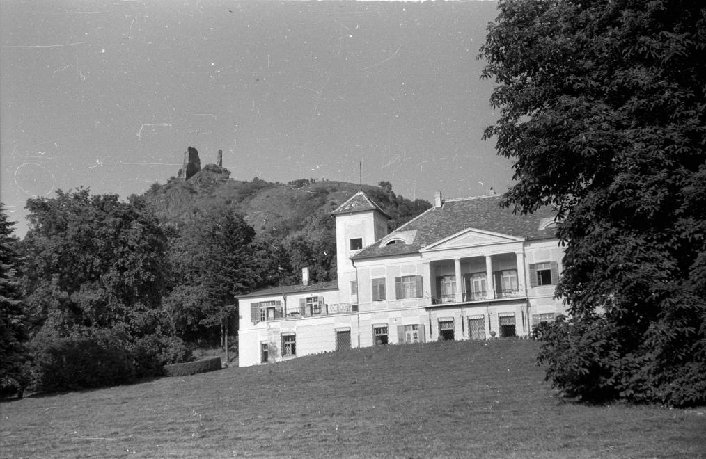 1962 Szigliget, Esterházy Kastély, háttérben a várrom, fotó © Hunyady József