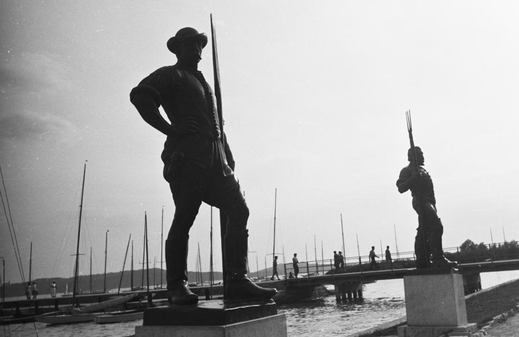 1964 Balatonfüred, a Révész és a Halász szobra, fotó © id. Konok Tamás