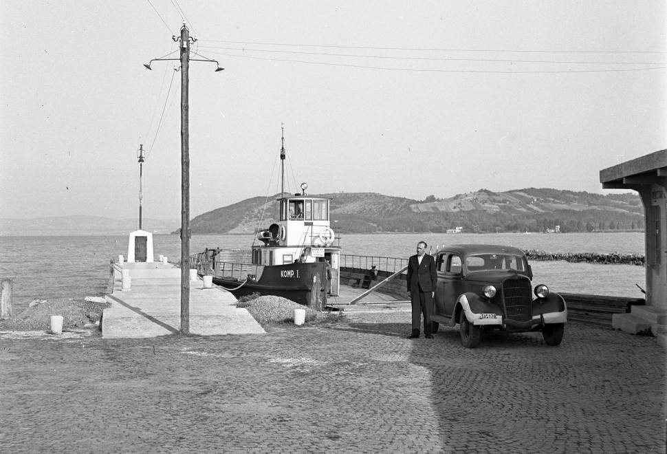 1943 Szántód, Komp, Ford V8 modell, fotó © Lissak Tivadar